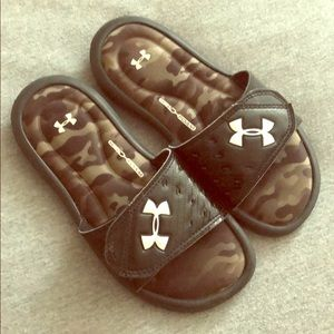 EUC Boys Under Armour Black/Camo Slides Size 2